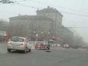 Пловдивчанин влезе в центъра на опасно кръстовище, за да затвори зейнала шахта СНИМКИ
